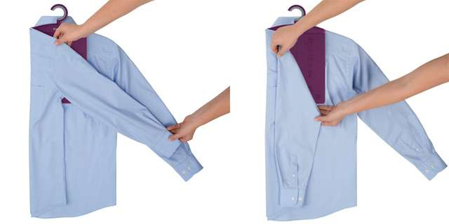 Сложите одну сторону рубашки, рукав параллельно краю.